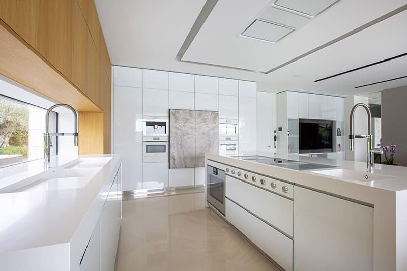 Una cocina con cuatro ambientes diferenciados