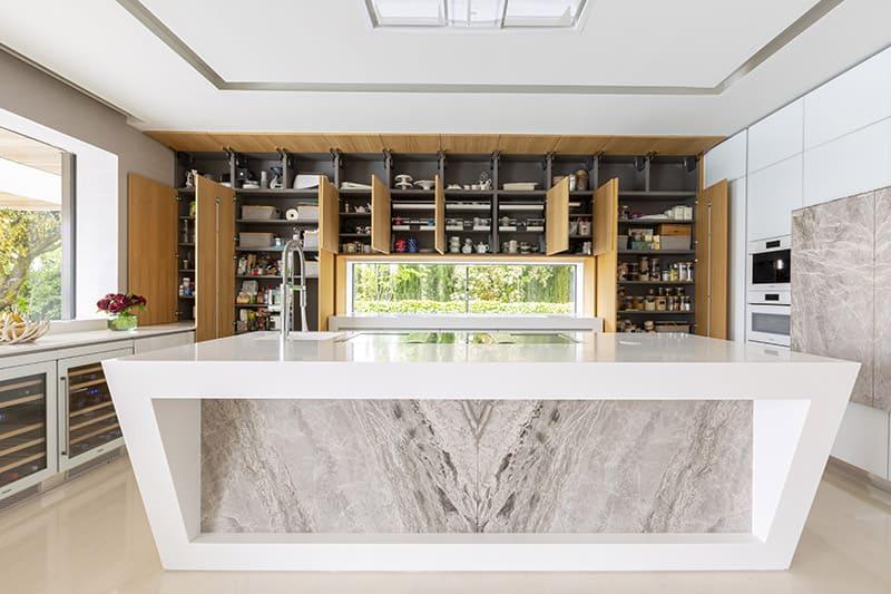 Una cocina con cuatro ambientes y llena de luz